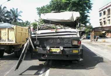 Ditimpa Pohon Tumbang, Supir Truk CPO Patah Kaki