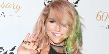Warna Rambut Kesha Unik dan Nyentrik