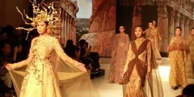 Dua Desainer APPMI Pamer Gaun Feminin di JFFF 2015