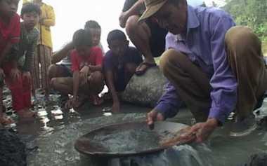 Polisi Bakar Belasan Alat Penambang Emas di Kuansing