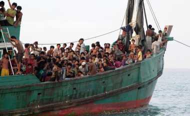 Khofifah Ajak Pengungsi Rohingya Mengaji Bareng