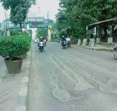 Jalan Sekitar Kantor Pemkot Tangerang Selatan Rusak