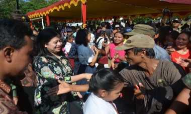 Menko PMK Bagikan Kartu Sakti Jokowi di Kalbar