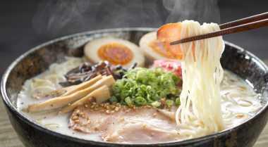 Makan Ramen Mangkuknya Harus Direndam di Air Panas