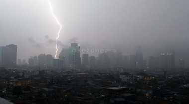 Hujan Bayangi Wilayah Jakarta Selatan di Siang Hari