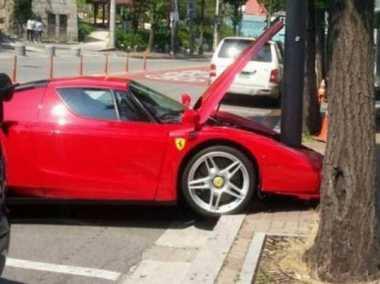 Ferrari Seharga Rp8 Miliar Terbelah Usai Tabrak Tiang Telefon