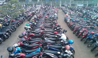 Ratusan Motor di Depan Stasiun Bogor Digembosi