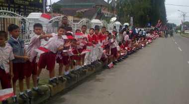 Ribuan Siswa Sambut Jokowi di Jalanan Manado