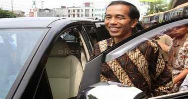 Kunjungan ke Manado, Jokowi Bagikan Buku