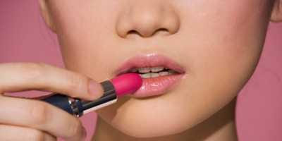 Alasan Wanita Harus Pakai Lipstik Sehari-hari