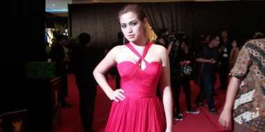 Jessica Iskandar Tampil Menawan dengan Gaun Merah