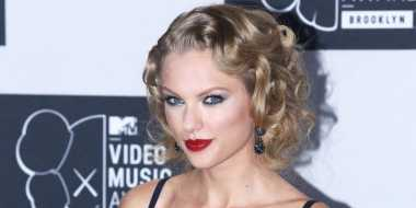 Taylor Swift Ajak Calvin Haris Tinggal Serumah