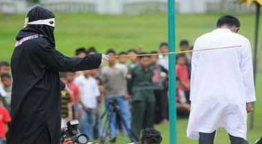 Melanggar Qanun, 14 Orang di Simeulue Dicambuk