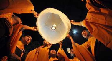 Pelepasan Lampion saat Waisak Hujan, Borobudur Pasrah
