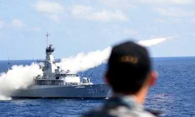 Kapal TNI AL Tembakkan Rudal di Laut Jawa