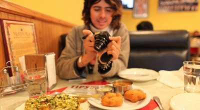 Saat Dihidangkan Makanan, Ini yang Dipegang (Food Blogger