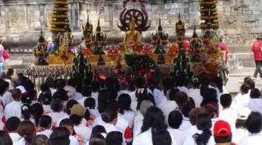 Ribuan Umat Buddha Berdoa di Candi Mendut