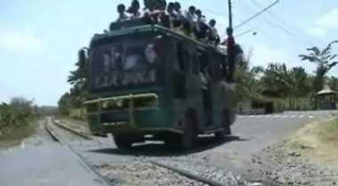 Jalur Kereta Tanpa Palang Dijaga Ekstra Selama Arus Mudik