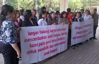 Puluhan Guru Saint Monica Datangi PTUN Jakarta