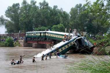 Kereta Jatuh dari Jembatan, 14 Orang Tewas