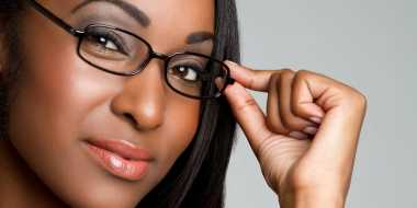 Trik Rias Wajah untuk Wanita Berkacamata