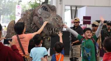 Bermain dengan T-Rex di Gading Serpong