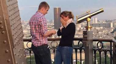 Pasangan Bertunangan di Menara Eiffel