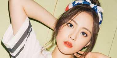Pose Cantik Yongji KARA di Majalah Korea