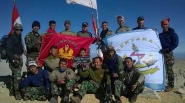 Satuan Elit Marinir Berlatih di Puncak Gunung Welirang