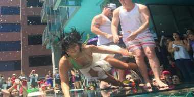 Asik Nyanyi, Demi Lovato Jatuh ke Kolam Renang
