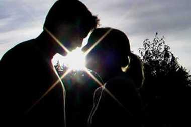 Pasangan Selingkuh Asyik Mesum di Atas Bukit