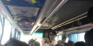 JKT48 Hibur Penggemar di Dalam Bus
