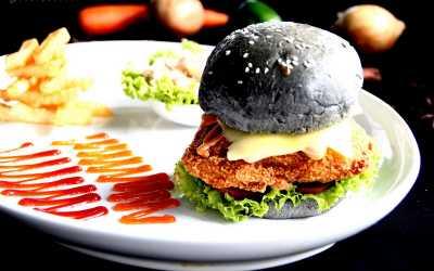 Empat Restoran dengan Burger Hitam yang Besar