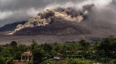 Sinabung Luncurkan Awan Panas Sejauh 3,5 Km