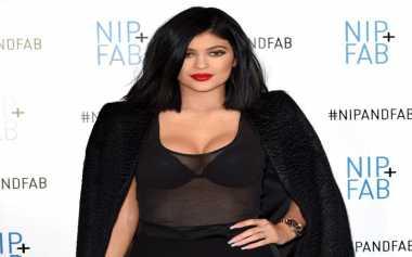 Rahasia Dibalik Bokong & Payudara Besar Kylie Jenner