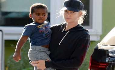 Charlize Theron Kembali Mengadopsi Anak