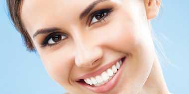 Memutihkan Gigi dengan Cara Lebih Alami
