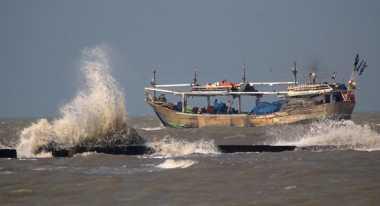 Laut Surut, Satu Perahu Terjebak