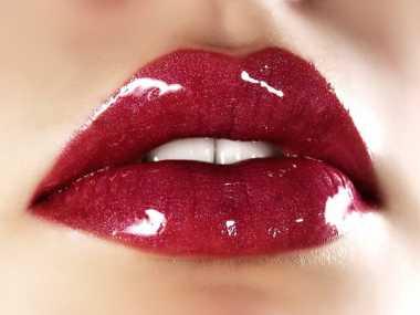 Trik Bersihkan Lipstik Merah Menempel di Baju