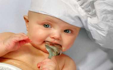 Cara Kenalkan Makanan Padat pada Bayi