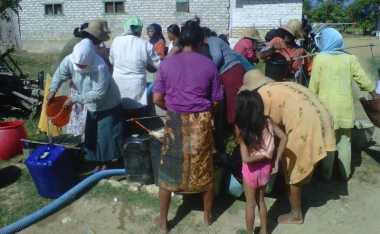 Warga Pamekasan Berebut Bantuan Air Bersih