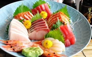 Makan Sashimi Cocok dengan Lemon & Soy Sauce