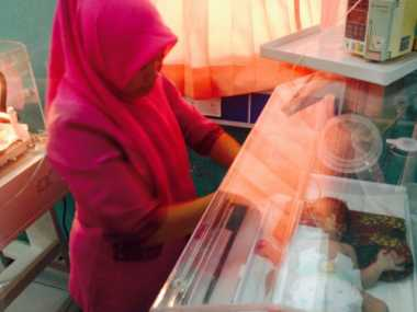 Akhirnya Bayi Tanpa Dinding Perut Dirujuk ke Palembang