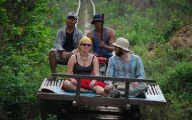 Jajal Kereta Bambu yang Unik di Kamboja