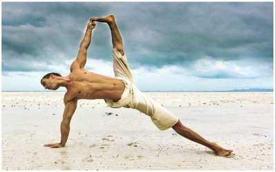 Artis Pria Hollywood Ini Rajin Ikut Latihan Yoga