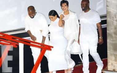 Berpesta, Kardashian-Jenner Tampil Serba Putih