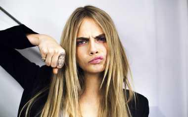 Cara Delevingne Nyaris Telanjang dalam Iklan Lipstik