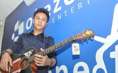 Batu Bacan Aksesori Andalan Gio 'Idol' di Video Klip