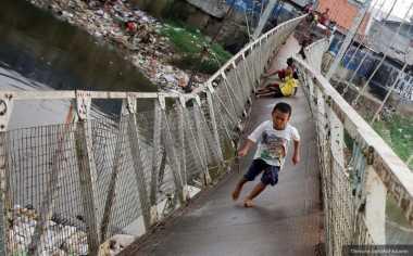 Sindir Pemda, Gadis Ini Menari di Atas Jembatan Rusak