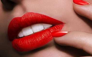 Penyebab Lipstik Menempel pada Gigi